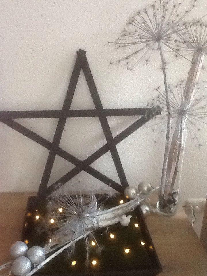 Kerstster gemaakt en grijs gespoten. Berenklauw zilver gespoten