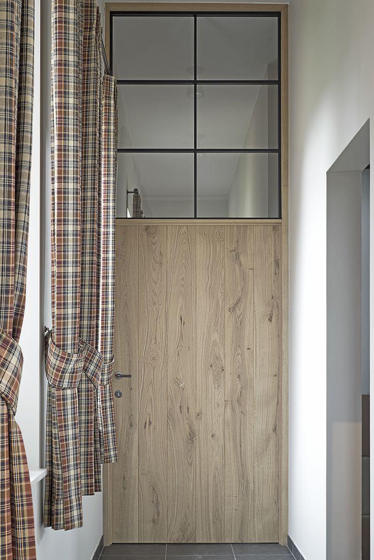 Smeedijzeren deur met glas en hout