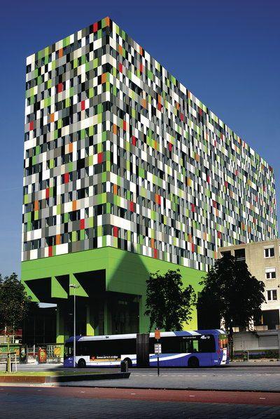 dit gebouw ziet er heel druk uit maar de kleuren combineren goed bij elaar!