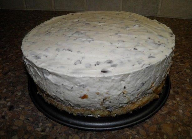 NEGERZOENENKWARKTAART (zonder bakken) Benodigdheden: 16 kleine negerzoenen (of 12 grote negerzoenen) 1 bak kwark (450 gram) 2 pakjes slagroom (200 ml) 1 kant-en-klaar taartbodem mixer en taartvorm Bereidingswijze: - Negerzoenen van koekjes afhalen en in een bak met de kwark mixen. - Slagroom kloppen en dan door het mengsel van kwark en negerzoenen scheppen. - Taartbodem in de taartvorm leggen en het mengsel erop gieten. - Een paar uur in de koelkast zetten om stijf te worden.