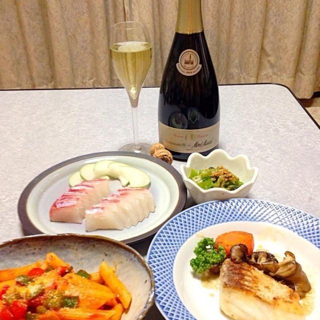 ヒラメのお刺身、 ヒラメのムニエル、 ペンネ アラビアータ、 小松菜の胡麻和え、  ワインは、 モンマルサ・ エクストレマリウム ブリュット・レゼルバ です。 - 50件のもぐもぐ - ヒラメを使った洋風メニューの晩ご飯 by orieueki