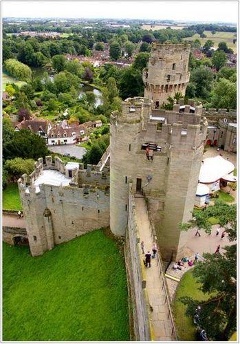 Warwick Castle, England. La vue depuis les donjon est stupéfiante.