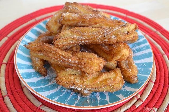 I churros sono dei dolcetti fritti tipici della tradizione spagnola, si tratta di bastoncini di pastella a forma stellata serviti da soli cosparsi semplicemente con lo zucchero