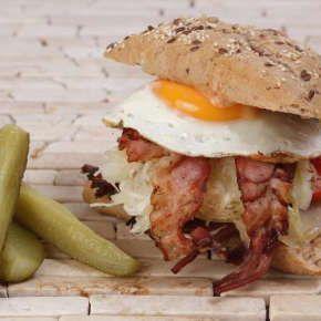 Pittsburgh Royal Pastrami - All About Street Food (Új/New!) | Rendeld meg most a LeFoodon, Házhozszállítással, online, másodpercek alatt: http://lefood.hu/allaboutstreetfood | Összetevők: Rozsos ciabatta, orosz dresszing, pastramihús, ementáli sajt, bacon, káposztasaláta, hagyma, paradicsom, tükörtojás | EN: Order now online! Pittsburgh Royal Pastrami: Rye ciabatta, Russian dressing, pastrami meat, Emmental cheese, bacon, coleslaw, onion, tomato, fried egg