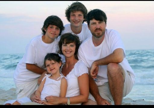 Jase and his family before the beard duck dynasty