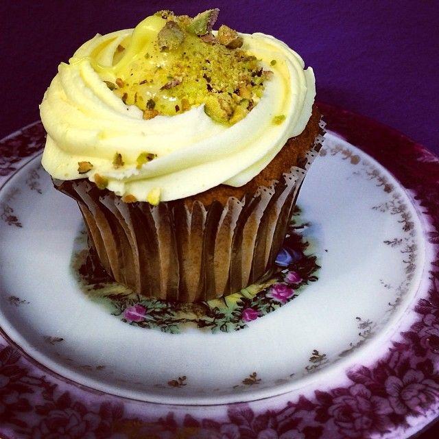 Yellow Velvet σημαινει αφράτο cake γιαουρτιού με ξύσμα λεμονιού, βουτυρόκρεμα και κρέμα λεμόνι στη μέση. Πασπαλισμένο στη κορυφή φυστίκι αιγινης. Δροσερό σε καθε του κουταλιά!