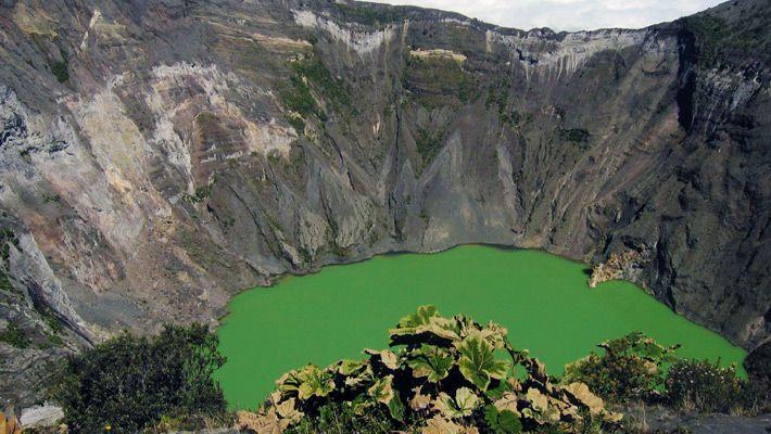Irazú Volcano (Costa Rica) 26 de poze incredibile cu lacurile de crater - galerie foto. Vezi mai multe poze pe www.ghiduri-turistice.info Sursa : http://en.wikipedia.org/wiki/File:DirkvdM_irazu_4.jpg