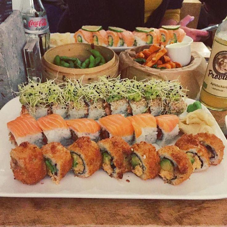 Haaaaaaaaaappy Freitag euch allen  @_mrscold_ hat die #tofinoroll #philadelphiadream #crispysalmon #salmongrillroll #ninjafries und #edamame verdrückt. Aber nicht alleine  #girlsnightout #sushininja #theninjawall #sushi #köln #restaurant #lieferservice  #salmon #guacamole  #sweetpotato #fries by sushininja_ #haxenhaus #people #food