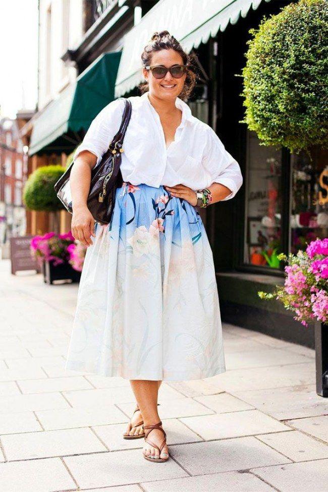 A saia midi com camisa branca por dentro e a sandália rasteira criaram um look super confortável e gracioso!