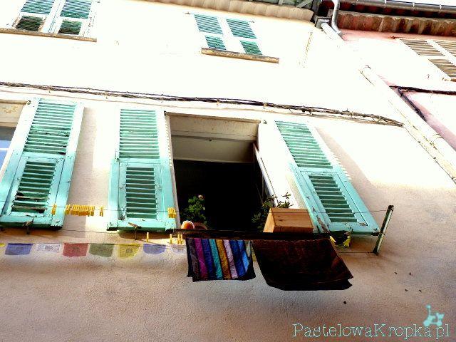 Okiennice, na nich pranie