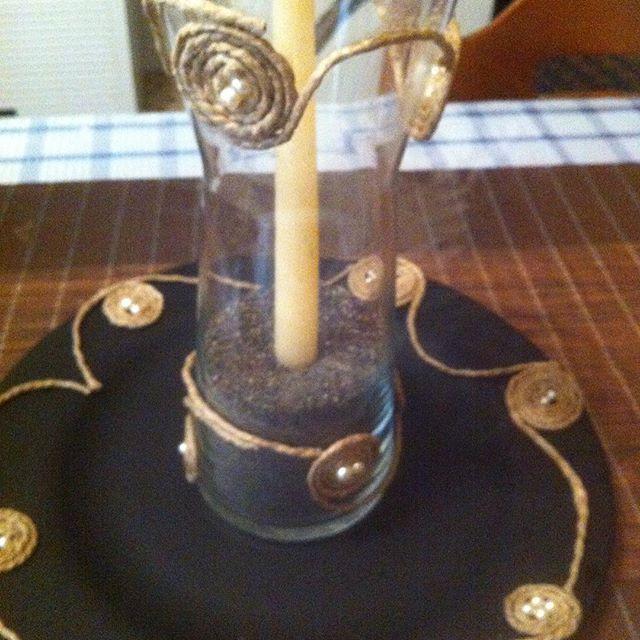 Διακοσμητικό βάζο διάφανο στολισμένο με σχοινί και λευκές πέρλες σε πιατέλα μαύρη με ανάλογο σχέδιο  στο εσωτερικό μαύρη άμμος  με λευκό κερί