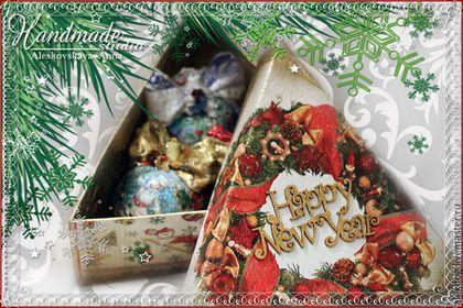 Купить или заказать Набор новогодних шаров 'Три шара' в интернет-магазине на Ярмарке Мастеров. Новогодний винтажный набор. Треугольная подарочная коробка. Декор шаров был исполнен по желанию заказчика - дед мороз, дом, два мальчика. Оригинальный рождественский или новогодний подарок ! Шар может стать прекрасным дополнением к оформлению праздничного интерьера . Диаметр шара 120 мм.Работа выполнена в технике декупаж с элементами винтажного состаривания.