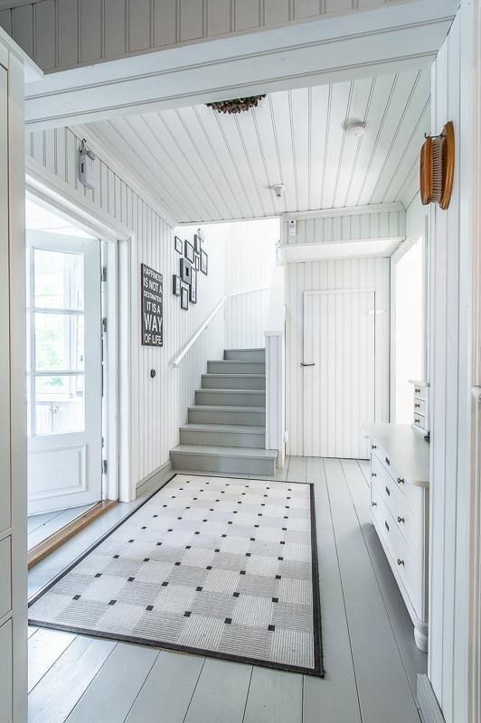 Vaaleat seinät ja harmaat portaat