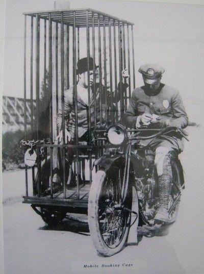 6.- Un oficial de policía en una Harley y una celda móvil pasada de moda. (1921)