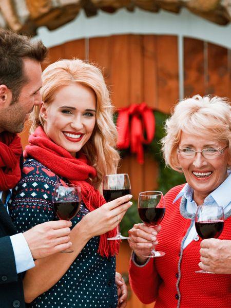 Von wegen besinnlich: Wenn wir Weihnachten bei den Schwiegereltern feiern, lauern viel zu viele Fettnäpfchen auf willige Opfer. So überstehen wir das Fest der Liebe trotzdem.