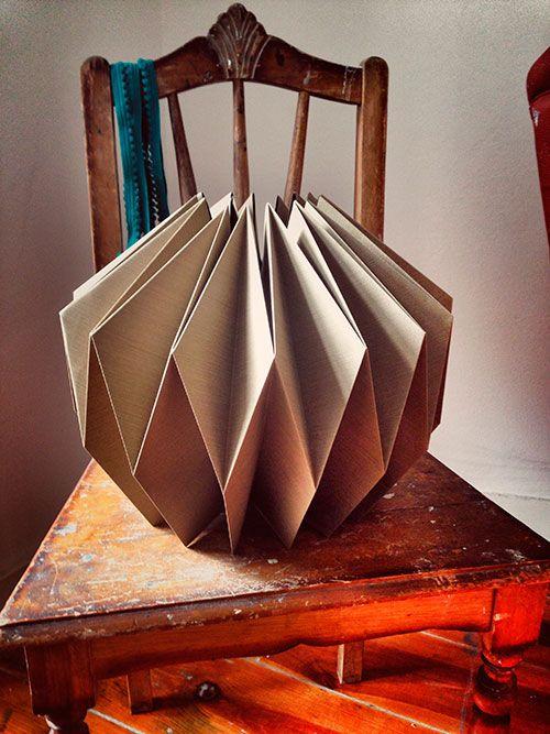 Tsuri dobra e desdobra papel em candeeiros, joalharia e pe