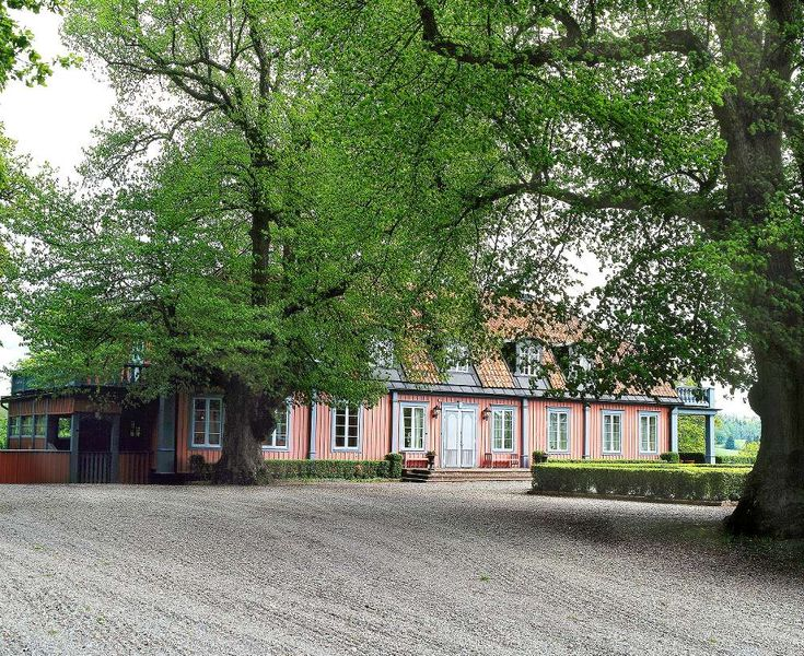 Efter många år inom sjukvården drömde Odd och Britt-Marie Spandow om att göra något helt nytt. De blev lantbrukare på Marieberg säteri i Sörmland och deras hem är en välbevarad karolinerherrgård.
