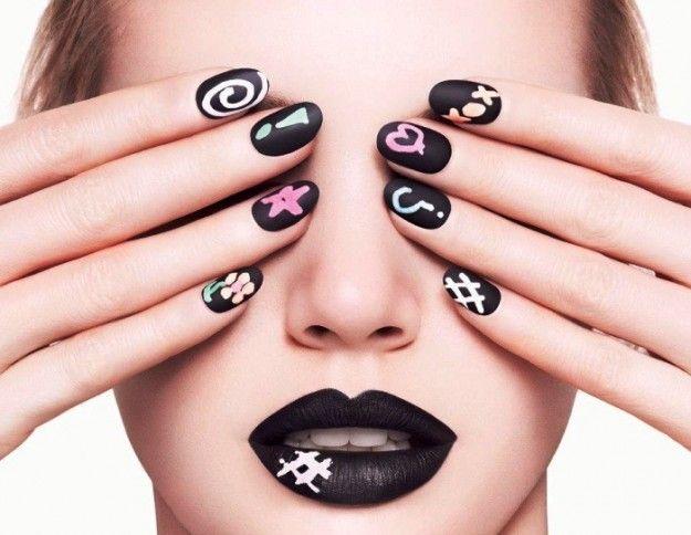 Nail art nera con disegni colorati