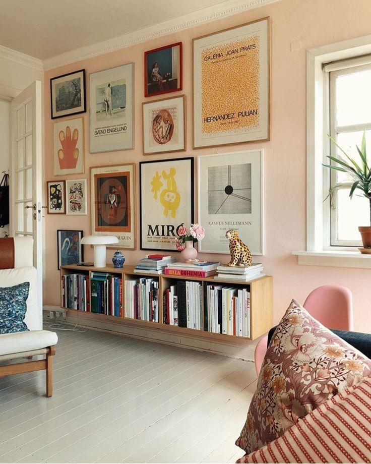 Wohnzimmer | Schwebende Bücherregale | Farbe Der Sorbetfarbe | Weißer Boden  | Galerie Wand | Innendekor