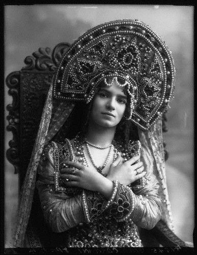 by Bassano,photograph,20 November 1911 Лилиан Гиш в русском костюме.