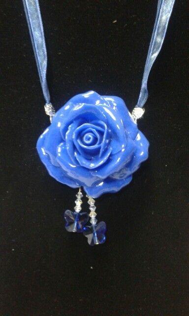 Collana realizzata in porcellana fredda e cristalli
