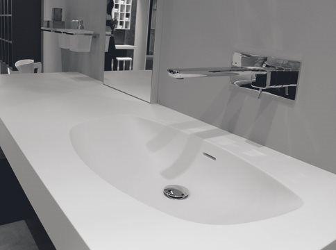 Plan intégré auto-portant en minéral marbre blanc, finition brillante ou satiné. Disponible vasque centrale, láterale ou double.