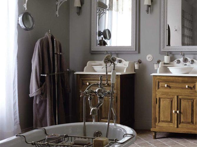 Salle de bain à l'ancienne / Old-fashioned bathroom : http://www.maison-deco.com/salle-de-bains/deco-salle-de-bains/Le-charme-du-retro-dans-la-salle-de-bains