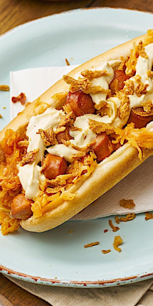 """Bei dieser Hot-Dog-Pfanne """"New York"""" haben wir uns von der amerikanischen Küche inspirieren lassen. Aus gebratenen Würstchen, knusprigen Röstzwiebeln und Sauerkraut zauberst du dir in nur 15 Minuten ein leckeres Gericht!"""