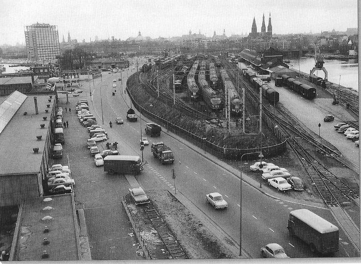 Amsterdam, Westerdoksdijk. Links Havengebouw, rechts de Posthoornkerk. 1968.