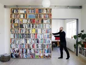 BEVEGELIG: Arkitekt Jonas Norsted har bygget en bokhylle som fungerer som skyvedør og skillevegg mellom kjøkken og stue.
