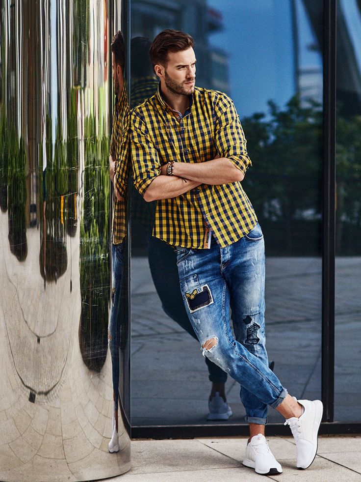 Energetic and comfortable styling from Bolf. The stonewashed jeans and sew-on badges work well with a yellow checked shirt. Try out an original leather bracelet. It's a typical casual look. If you want to boost up your look, roll up the legs of these jeans and unntuck the shirt.