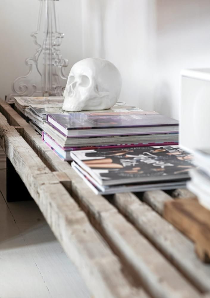 TV-benken er funnet i Danmark, og passer perfekt i leiligheten. Her får inspirerende moteblader ligge fremme. Hodeskallen er fra Milla Boutique.