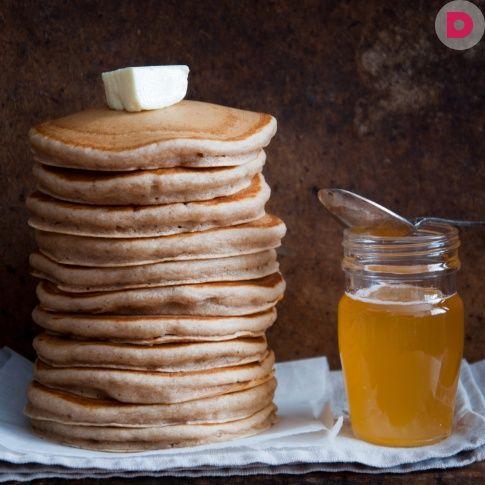 Во время диеты на завтрак рекомендуется есть овсяную кашу на воде. Чтобы разнообразить утреннее меню, приготовьте из овсянки вкусные оладьи.