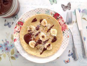 Deliziosi pancake a base di farina d'avena e latte di mandorla, senza latticini e senza zucchero. Ideali per la prima colazione, farciti con banana, crema al cioccolato e cocco rapé.