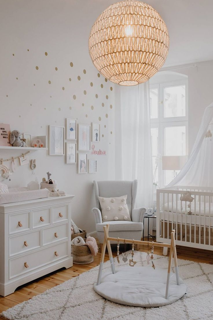 Cocos Baby Room Wickeltisch: Kidsmill Kinderbett: Oeuf Lampe: Westwing Clothes