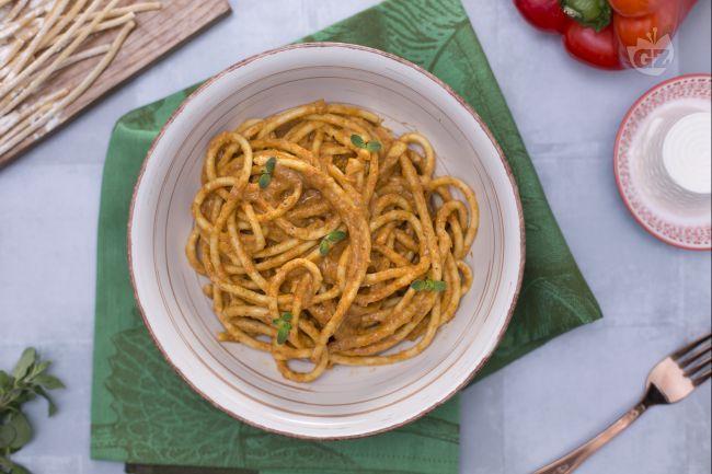I bigoli in salsa di peperoni sono un primo piatto di origine veneta in cui i bigoli assorbono la deliziosa salsa ai peperoni rossi.
