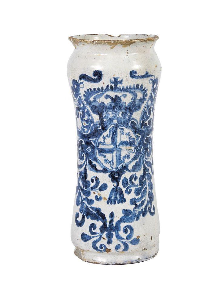 Manga de farmácia em faiança    decoração de «Cartela Barroca» a azul com armas da Ordem de São Domingos.  Origem portuguesa  séc. XVII/XVII