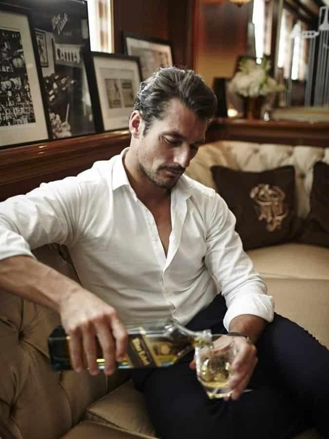Ci-dessus, on voit l'élégance simple mais bien réelle d'une chemise blanche bien choisie et bien portée.