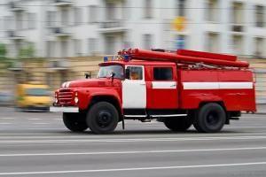 В Умётском районе загорелся дом: пострадал один человек.  В Умётском районе в деревне Ильинка на улице Нахаловка загорелся жилой деревянный дом. Сообщение об этом поступило на пульт дежурного МЧС 13 сентября в 08:35. Пожарным удалось справиться с огнём в 09:15.  В результате пожара в доме полностью выгорела крыша площадью 25 кв. метров и комната площадью 25 кв. метров. Есть пострадавший. По предварительным данным 62-летний мужчина надышался угарным газом. В настоящее время информация…