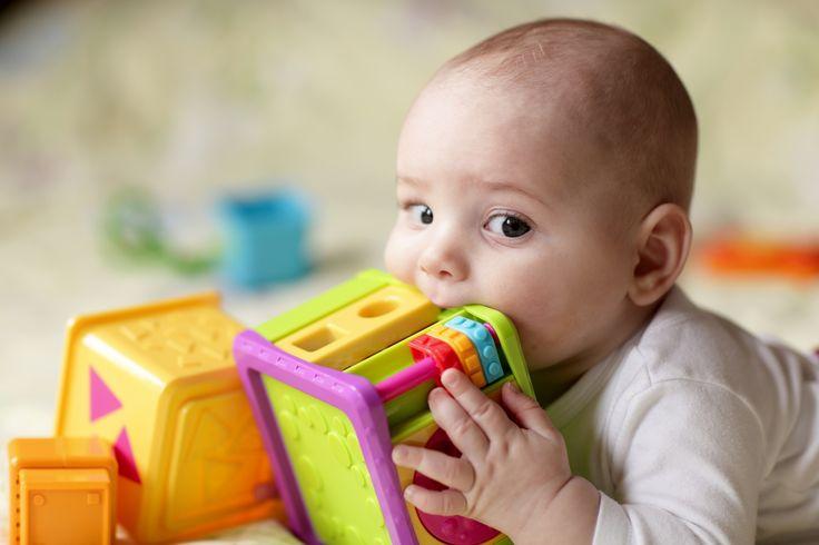 Sklepowe półki uginają się od kolorowych zabawek. Każda z nich wydaje się tą najlepszą. Jednak jak wybrać zabawkę, aby oprócz ładnego wyglądu i spełniania swojej funkcji, była jeszcze bezpieczna dla dziecka? Najważniejsze w tej kwestii są odpowiednie atesty i certyfikaty.