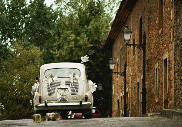 Un coche antiguo de color blanco descapotable #bodas #novios #cochesdeboda