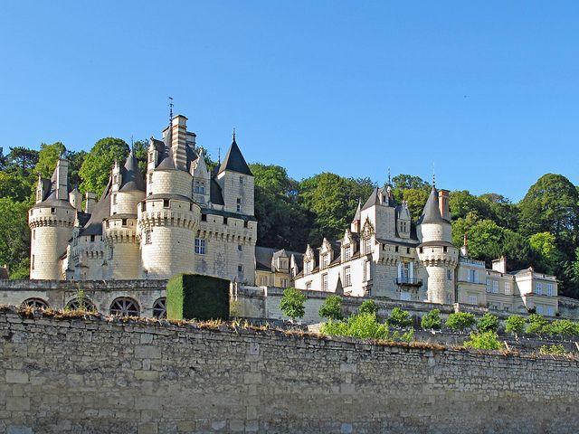 """Aferrado a una colina, con vistas al bosque de Chino y junto a un río, el resultado es un castillo que se muestra majestuoso, y se promociona como el """"Castillo de la bella Durmiente"""", porque según se dice, fue el que inspiró la historia. Se encuentra en el Valle del Loira."""