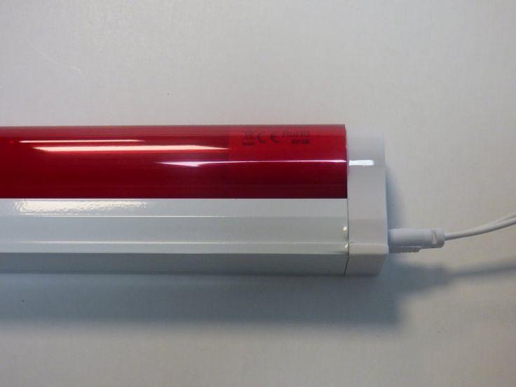 LED Armatur mit neuster einseitiger 230 Volt Anschluss Technik für LED Röhren.  - Anschluss: 230V/50Hz  - Gehäuse: Metall - Farbe: weiss  - Maße: 30x30x1500mm  - LED Röhre Farbe: diverse  - Verbrauch: 24KWh / 1000Std