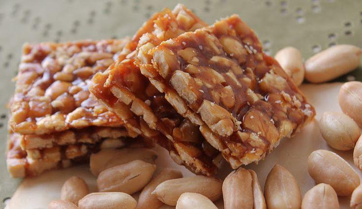 Connaissez-vous le chikki ? C'est une délicieuse petite collation sucrée indienne aux cacahuète, qui ressemble à de la nougatine. Parfaite pour l'heure du thé !  Il vous faut: 250 g de cacahuètes décortiquées 250 g deJaggery (vous pouvez remplacer par du sucre brun) 1 cuillère à soupe de Ghee (ou beurre si vous n'en avez pas) La recette : 1. Dans une poêle, vous... Lire l'article