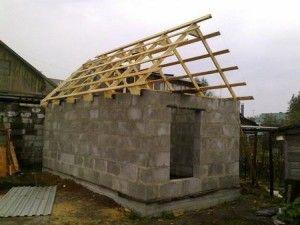 Нередко владелец дачи начинает осваивать участок со строительства сарая. В этой садовой постройке практичный хозяин может хранить инструменты или другие приспособления. Сооружение нередко используют в качестве курятника или кладовой.