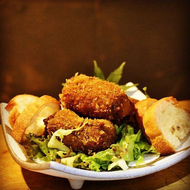 30年愛されてきたビーフシチューが今回コロッケになりました! 普段より肉を多く煮込み、深いコクとまろやかさを兼ね備えたコロッケとして誕生しました。 期間限定メニューですのでお早いめにご来店、ご注文くださいませ!  #うしのほね#うしのほね本店#料理屋#料理#先斗町#三条#四条#シチュー#京都#秋#忘年会#肉#野菜#キリンビール#シチューコロッケ#ラスク#期間限定#kyoto