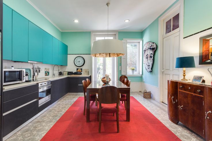 HomeLovers: kitchen full of colour