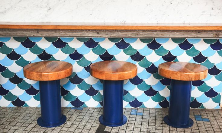 The Socialite Family | Tabourets au comptoir chez Fichon. #address #adresses #fichon #paris #restaurant #poissons #produitsdelamer #sea #fish #déco #decor #blue #bleu #architecture #inspiration #idea #thesocialitefamily