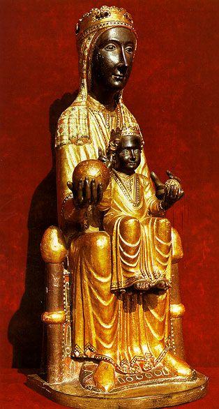 """La """"Moreneta"""" es una talla de madera de álamo blanco que fue encontrada a finales del siglo XI por unos pastores que recorrían los valles cercanos con sus rebaños. Guiados por luces siete pastores de Monistrol, y a lo largo de siete sábados seguidos, vieron descender luminarias sobre un lugar concreto de la montaña donde se halla una cueva. Allí, iluminada por un resplandor sobrenatural, encontraron la figura de la que sería la patrona de Cataluña: una """"virgen negra""""."""