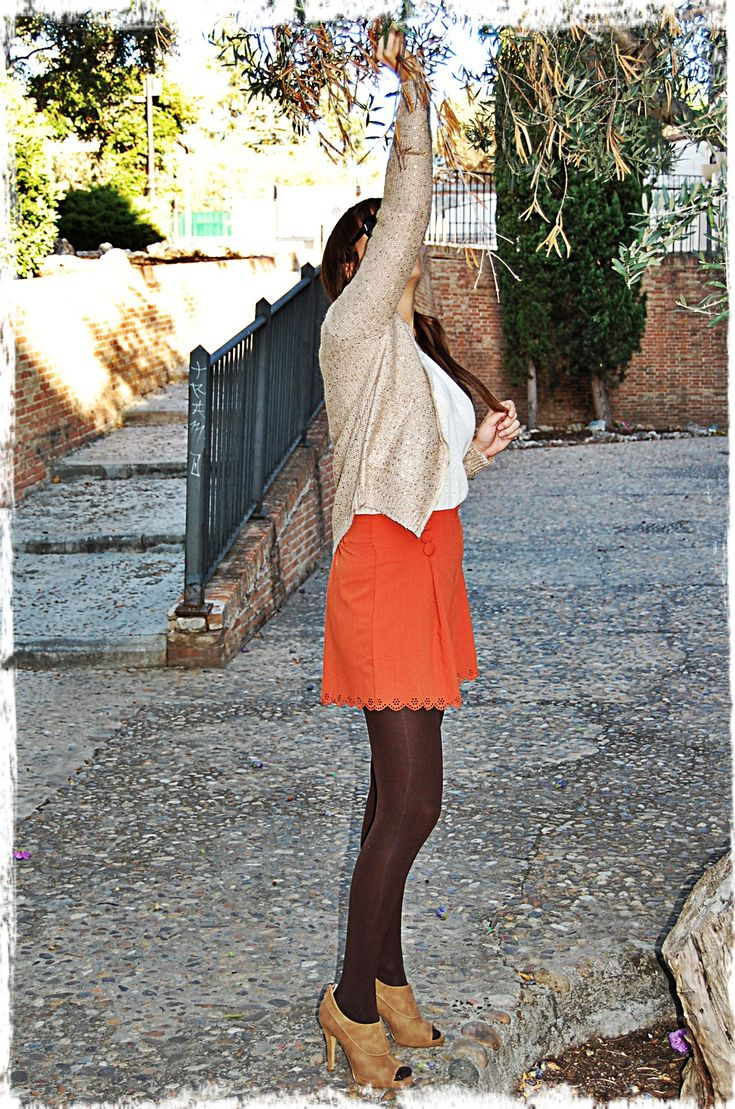 Chaqueta cremallera lentejuelas dorada  Short troquelado naranja  Camiseta blanca encaje